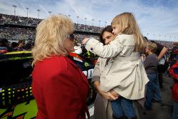 NASCAR-CUP: Linda Vaughn with Ingrid Vandebosch, wife of Jeff Gordon, Hendrick Motorsports Chevrolet, and their daughter Ella Sofia