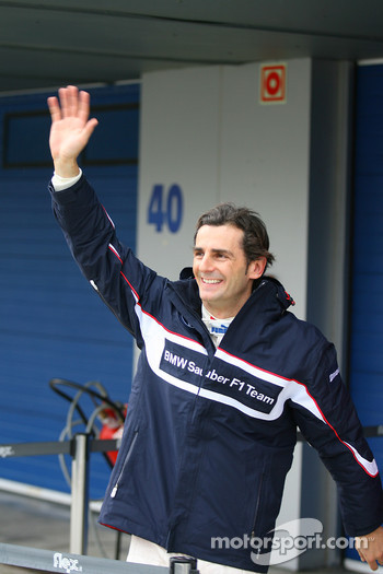 Pedro de la Rosa, BMW Sauber F1 Team waves to his fans