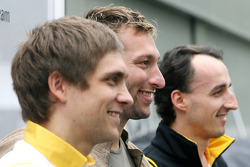 Vitaly Petrov, Renault F1 Team and Robert Kubica, Renault F1 Team with five times Olympic gold Medalist Ian Thorpe