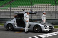 F1 Fotos - Michael Schumacher, Mercedes GP Y Nico Rosberg, Mercedes GP con el auto de seguridad de la FIA