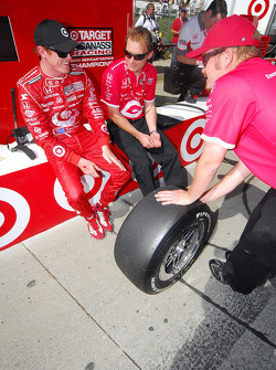 Scott Dixon after practice talking with his crew