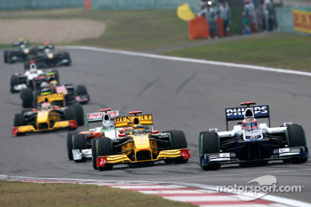 Rubens Barrichello, Williams F1 Team leads Robert Kubica, Renault F1 Team