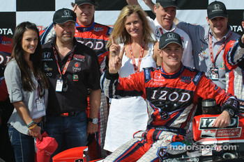 Ryan Hunter-Reay celebrates with his fiancee Beccy Gordon and team owner Michael Andretti and his wife Jodi