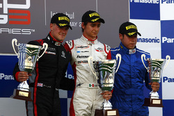 Esteban Gutierrez celebrates victory on the podium with James Jakes and Felipe Guimaraes