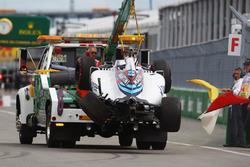 The Williams FW38 Феліпе Масса, Williams  повертається назад в бокси в кузові вантажівки після аварії в першому тренуванні