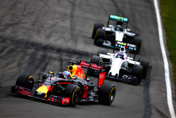Daniel Ricciardo, Red Bull Racing RB12 leads Valtteri Bottas, Williams FW38 Mercedes and Nico Rosberg, Mercedes AMG F1 W07