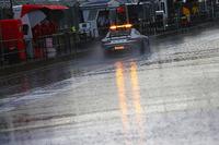 Formula 1 Foto - La Safety Car FIA percorre la pit lane mentre la pioggia ritarda le qualifiche