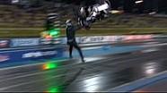 Un pilote retourne sa moto au départ d'une course de dragster