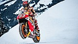 Marc Marquez scheurt door de sneeuw