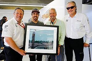 Формула 1 Новость McLaren исполнила мечту Алонсо, подарив ему фотографию с Indy 500