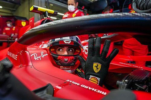 F1: Sainz 'revela' momento incomum ao assinar contrato com Ferrari