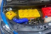Valaki a gyerekkorát akarja újraélni azzal, hogy LEGO-motort tett az autójába