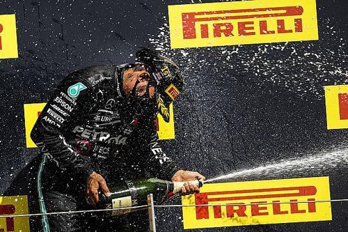 Hamilton quebra quatro recordes com pole e vitória em Silverstone, incluindo duas marcas que dividia com Senna; entenda