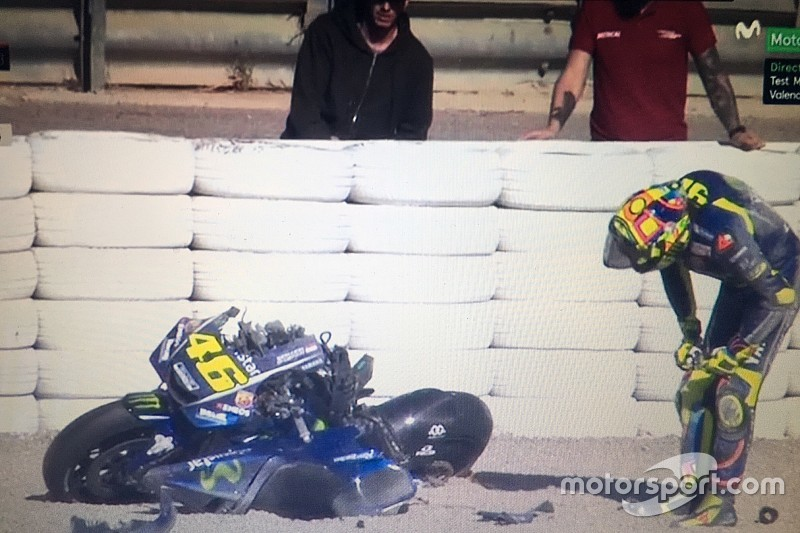 Képen Rossi törött motorja