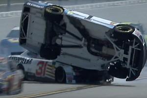 NASCAR Cup Новость Что бывает, когда машина NASCAR ловит прокол на овале: видео
