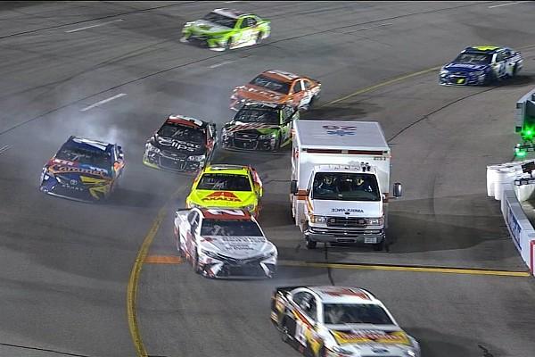 Kurioser Zwischenfall bei NASCAR: Krankenwagen in der Boxeneinfahrt