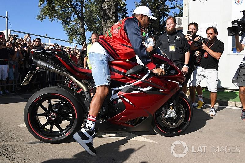 Így égette Hamilton a sportmotorja gumiját Monzában