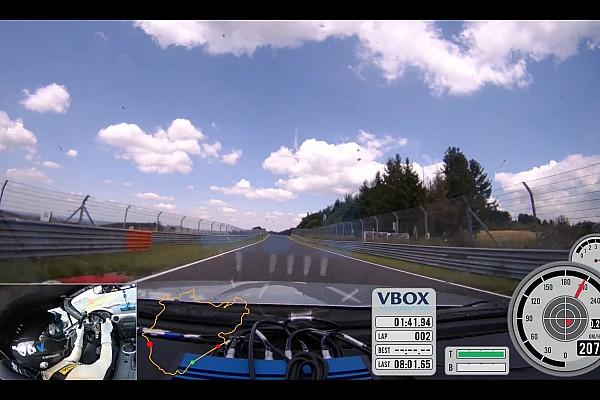 Automotive Nieuws Koenigsegg-testrijder vlamt in Mazda MX5 Miata over de Ring