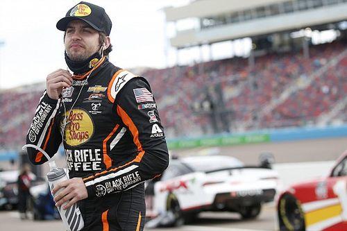 Dos pilotos de NASCAR se toman a golpes tras la carrera de Xfinity