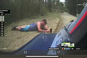 Follia al Rally d'Australia: due spettatori rischiano di essere investiti da Neuville per scattare una foto!