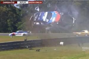 VÍDEO: Carro capota dez vezes e voa por cima do guard rail
