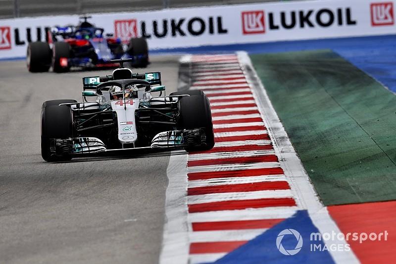 Hamilton snelste in derde training Rusland, Verstappen naar vijfde tijd