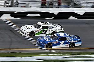 Финиш NASCAR был таким плотным, что победителя определил фотофиниш
