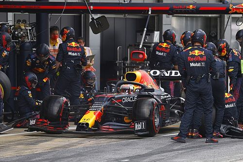 "Red Bull: Verstappen ""called himself in"" for slow pitstop"