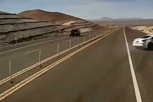 Videó: Félelmetes borulást úszott meg ép bőrrel egy Nissan 350Z sofőre
