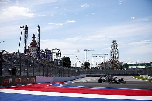 Mercedes bovenaan in eerste training Rusland, Verstappen P3