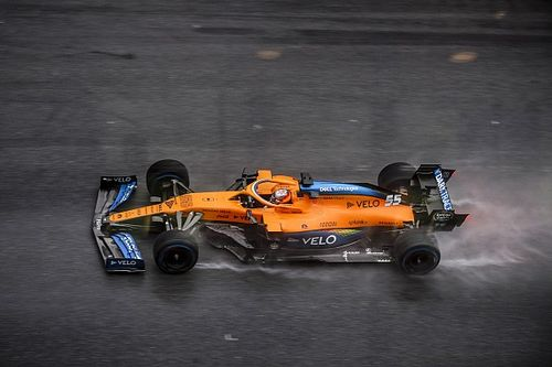¡Pole de Hamilton y brillante tercer puesto de Sainz bajo el diluvio!