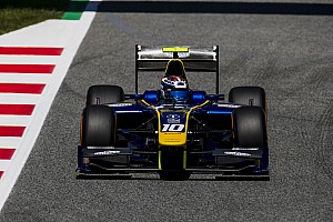 FIA F2 Новость Лидер гонки Ф2 в Испании проиграл из-за отлетевшего в шлем зеркала