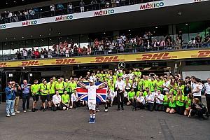 Forma-1 Motorsport.com hírek Hamilton: Életem legnagyobb megtiszteltetése lenne, ha lovaggá ütnének!