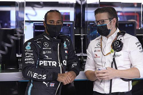 Hamilton végtelenül lazán a Mercedes előtt (kép)
