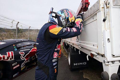 【スーパーGT】勝てる自信しかなかった……ホイール脱落でリタイアの16号車大湯、コースサイドで悔しさあらわ