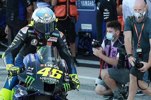 Rossi prueba un nuevo y exagerado tubo de escape de Yamaha
