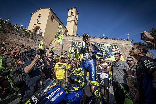 Valentino Rossi accolto da eroe sulla M1 nella sua Tavullia