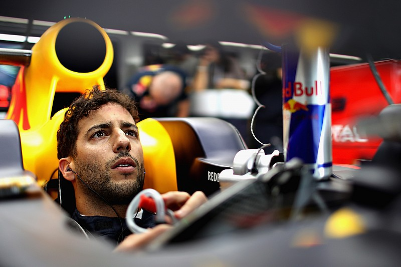 """Ricciardo: Not attacking Mercedes would be """"fixing"""" the championship"""