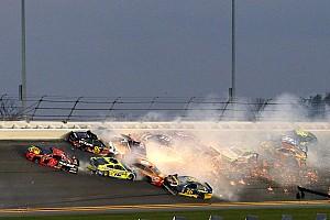 Ha valami, ez tömegkarambol: 21 NASCAR-autó ütközött Daytonában