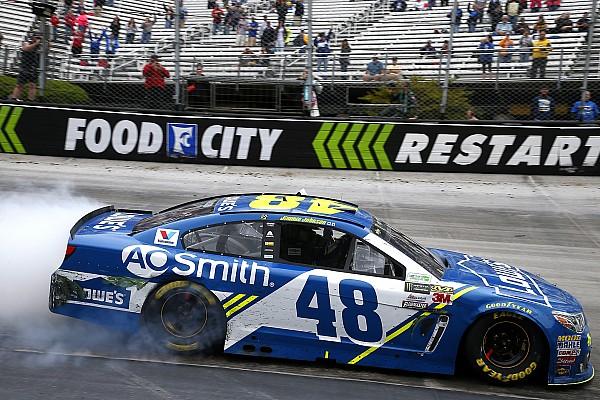 NASCAR Cup NASCAR in Bristol: Jimmie Johnson gewinnt Montagsrennen