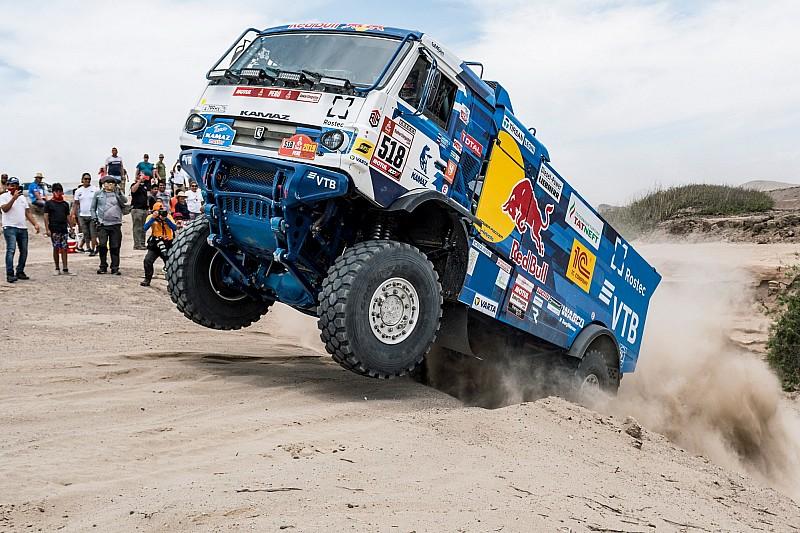 VÍDEO: Terceiro entre caminhões no Dakar é excluído após atropelar fã