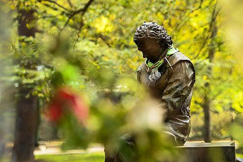 Equipes prestam homenagens a Senna na volta da F1 à Ímola e cidade se ilumina com frases do tricampeão