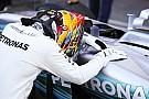 Hamilton térdre borult a Mercedes autója előtt