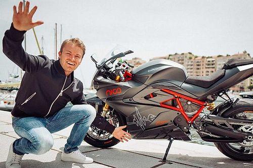 Росберг упал с мотоцикла в Монако и застрял: видео