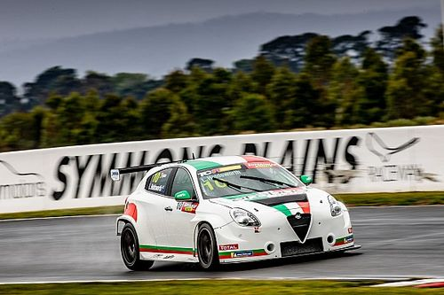 Holdsworth cuts first TCR laps