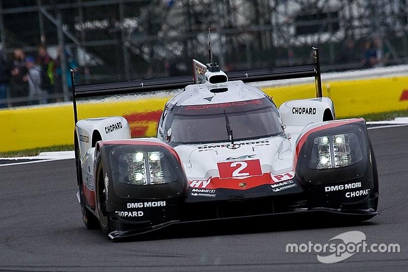 Mi-course - Porsche profite de la pluie et des problèmes de Toyota!