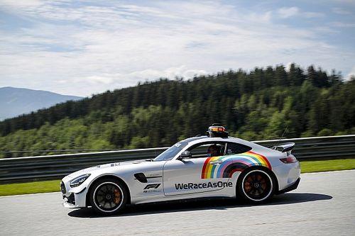 Машины безопасности Формулы 1 украсили радугой