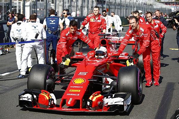Forma-1 Videón, ahogy Vettel szemtelenül vizsgálja a rivális F1-es autókat