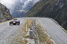 Buemi pilota carro da F1 em estrada dos Alpes Suíços