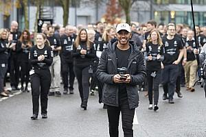 Photos - Haie d'honneur pour Hamilton dans les usines Mercedes
